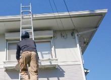 はしごを使って屋根を調査
