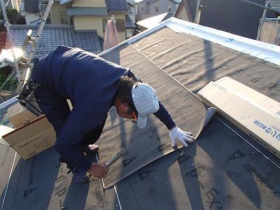 防水紙を貼っています屋根に
