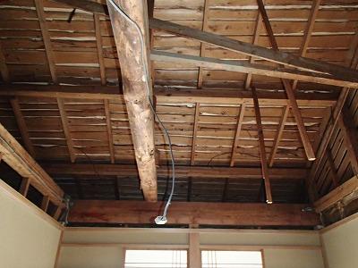 天井部分の板を剥しました
