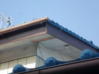 軒天の板が剥がれています