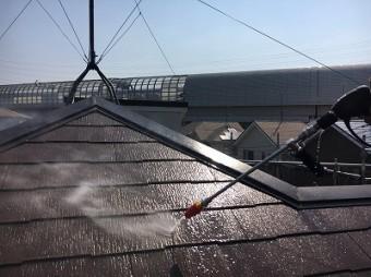 屋根を高圧洗浄してコケや古い塗料を除去