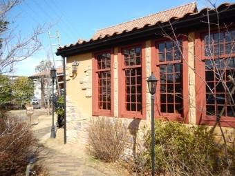春日部市の店舗塗装にて窓枠、外壁写真