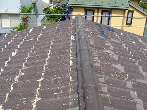 ヒビ補修と下塗りが完了した屋根
