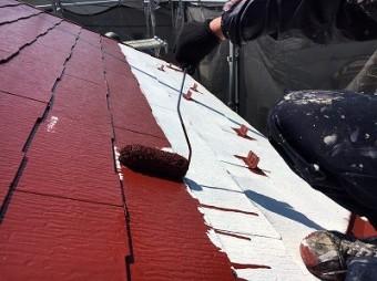 屋根表面の中塗り塗装の様子