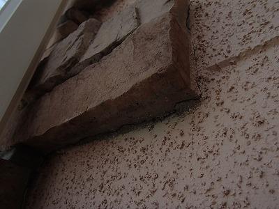 外壁飾りレンガと外壁の取合い部に隙間が発生しているお写真です
