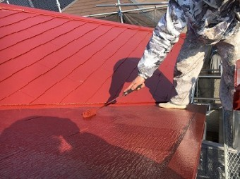 屋根表面の上塗り作業の様子