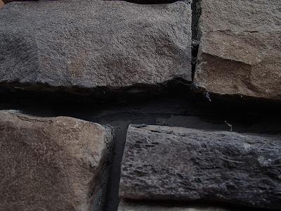 外壁の飾りレンガ内部のヒビ割れほしゅうごのお写真です