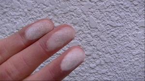 外壁塗装前のチョーキングで顔料着いてる外壁