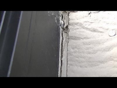 外壁目地に亀裂があります