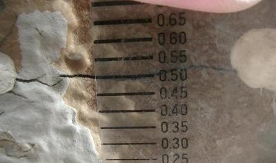 ヒビをクラックスケールで計測