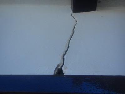 ヒビと穴が開いた外壁
