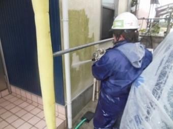 外壁を高圧洗浄しています