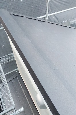 越谷市でガルバリウム鋼板で【屋根カバー工法】と【ベランダ防水工事】を行いました。