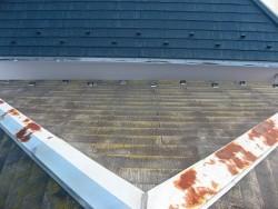 屋根の棟板金錆びてる