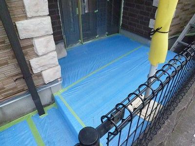 玄関周りを塗装します