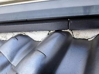屋根の漆喰部分が亀裂