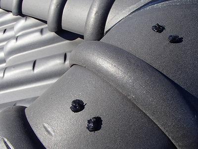 屋根の瓦の釘にシール材で防水加工