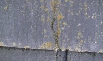 下屋根部分瓦のヒビ