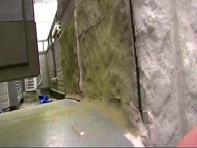 出隅部分の隙間があり、外壁表面もコケが繁殖している