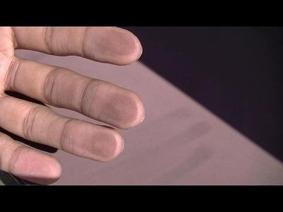 屋根部分の塗装が指に付く