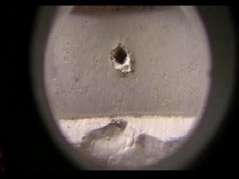 外壁の止め釘がぬ毛手なくなっていて穴が開いています